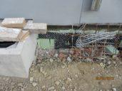 Beschädigte-Perimeterdämmung-Grundmauerschutz-Bauschutt-in-Baugrube