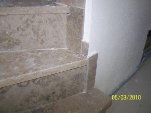 Mangelhafte Verlegung Treppenbelag-Naturstein